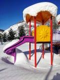 Um campo de jogos das crianças durante o inverno fotos de stock royalty free