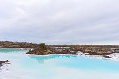 Um campo de lava com água geotérmica perto de Grindavik em Islândia fotografia de stock