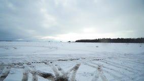 Um campo e um céu nevado Timelaps vídeos de arquivo