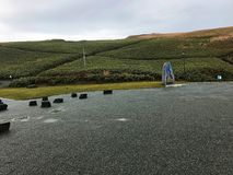 Um campo verde e o céu nebuloso Fotos de Stock Royalty Free