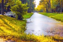 Um canal antigo em Alexander Park em Tsarskoye Selo Fotos de Stock