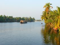 Um canal da maré com casa flutuante e palmeiras, Kerala, Índia - um fundo natural Fotografia de Stock Royalty Free