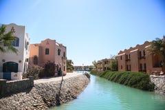 Um canal do mar na cidade e nas casas bonitas no fundo imagem de stock
