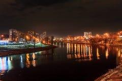 Um canal do rio de Dnipro em Kyiv, Ucrânia Tiro da noite foto de stock royalty free