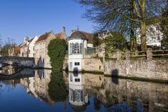 Um canal e casas de Bruges Imagem de Stock Royalty Free