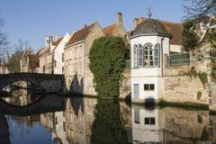 Um canal e casas de Bruges Fotos de Stock Royalty Free