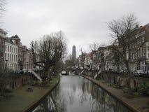 Um canal longo que conduz ao Domtoren em Utrecht, os Países Baixos fotos de stock