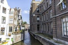 Um canal maravilhoso em Amsterdão em um dia ensolarado Amsterdão setembro de 2017 holandês imagens de stock royalty free