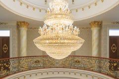 Um candelabro do cristal do bulbo do tungstênio Imagens de Stock Royalty Free