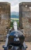 Um canhão histórico situado no castelo de Edimburgo imagem de stock