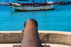 Um canhão velho na terraplenagem na cidade de Stown, Zanzibar imagem de stock