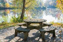 Um canto acolhedor para relaxar no parque do outono em um dia ensolarado brilhante Outono dourado foto de stock royalty free
