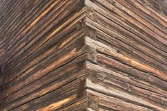 Um canto da parede da casa de log velha Imagens de Stock