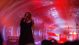 Um cantor na fase no rosa Imagens de Stock Royalty Free