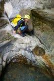 Um canyoning em Pyrenees, Espanha da mulher Foto de Stock Royalty Free
