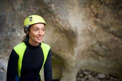 Um canyoning em Pyrenees, Espanha da mulher do retrato Fotografia de Stock Royalty Free