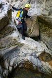 Um canyoning nos Pyrenees, Espanha da mulher Fotografia de Stock Royalty Free