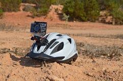 Um capacete da bicicleta com uma câmera da ação Foto de Stock Royalty Free