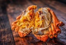 Um caranguejo cozinhado está na tabela fotos de stock