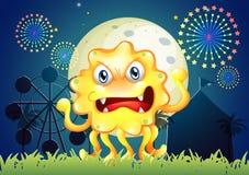 Um carnaval com um monstro amarelo assustador Imagens de Stock Royalty Free