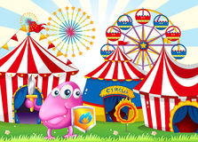 Um carnaval com um monstro que guarda um protetor e uma espada Fotografia de Stock Royalty Free