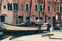 Um carpinteiro que trabalha em uma gôndola em Veneza, Itália fotos de stock royalty free
