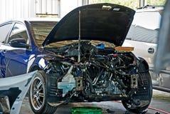 Um carro é reparado em uma loja de corpo Fotografia de Stock Royalty Free