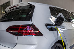 Um carro branco que seja carregado com a eletricidade Uma nova geração de carros Imagem de Stock Royalty Free