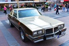 Um carro clássico velho exposto na exposição ao ar livre fotografia de stock
