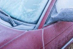 Um carro coberto na geada e no gelo foto de stock royalty free