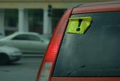 Um carro com um motorista inexperiente foto de stock royalty free