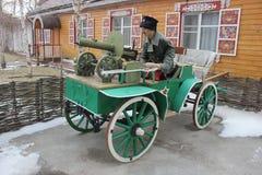Um carro com uma metralhadora e um cossaco do manequim imagem de stock