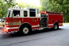 Um carro de bombeiros em uma chamada de emergência imagens de stock royalty free