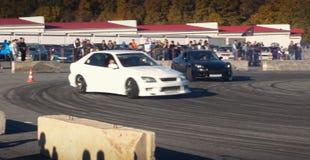 Um carro de competência da tração na ação com os pneus de fumo na mostra fotografia de stock royalty free