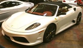 Um carro de esportes exótico de Pearl White Ferrari Fotografia de Stock Royalty Free