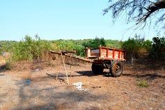Um carro de madeira em uma vila Foto de Stock