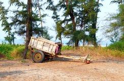 Um carro de madeira em uma vila indiana Imagens de Stock