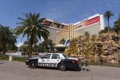 Um carro de polícia senta-se na frente do hotel da miragem em Las Vegas fotografia de stock royalty free