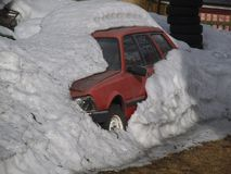 Um carro dentro da neve branca foto de stock