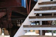 Um carro e escadas de estrada de ferro Fotografia de Stock