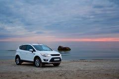 Um carro em uma praia foto de stock royalty free