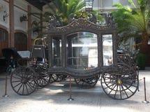 Um carro fúnebre fúnebre elegante velho no palácio de Lancut Foto de Stock