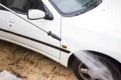 Um carro lavado com o jato de água de alta pressão Imagem de Stock