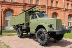 Um carro militar com pontões Imagens de Stock Royalty Free