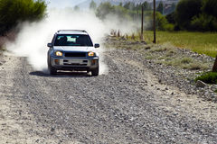 Um carro na estrada de Pamirs Fotos de Stock