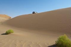 Um carro no deserto Imagens de Stock Royalty Free