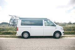 Um carro para viajar Curso ativo do resto e da família imagens de stock royalty free