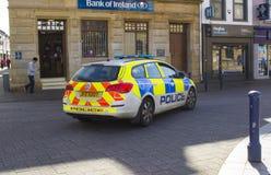 Um carro-patrulha da polícia de PSNI que cruza a zona pedestre no diamante em Coleraine, Irlanda do Norte Imagem de Stock