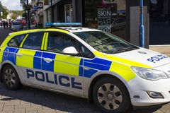 Um carro-patrulha da polícia de PSNI que cruza a zona pedestre no diamante em Coleraine, Irlanda do Norte Fotografia de Stock