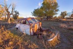 Um carro velho abandonado em uma exploração agrícola fotos de stock royalty free